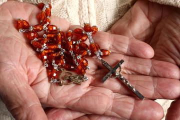 rosario nelle mani di una persona anziana