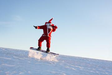 Weihnachtsmann macht Kunststücke mit Snowboard