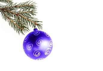 Blaue Weihnachtsbaumkugel am Tannenzweig
