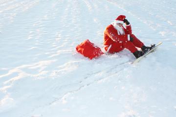 Weihnachtsmann beim Denken im Schnee