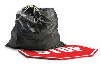 tri sélectif - panneau stop et sac poubelle plastique