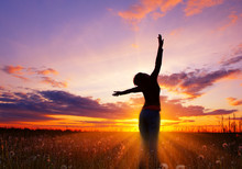 Vrouw op zonsondergang