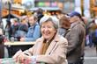 Seniorin auf Weihnachtsmarkt VII