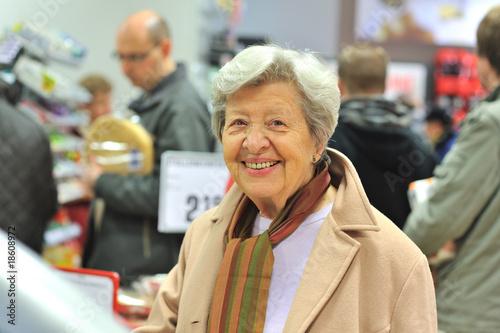 Leinwanddruck Bild Seniorin im Supermarkt