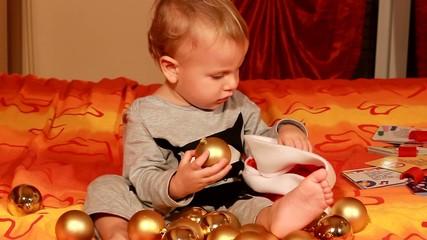 bambino che gioca con palle di natale