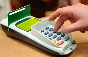 Making payment using credit plastiñ card reader