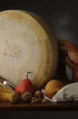 Forma di formaggio con frutta