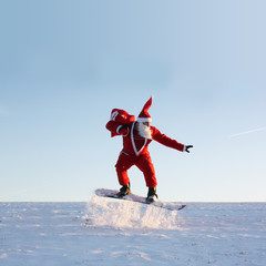 Santa Claus am Nordpol fährt Snowboard