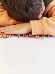 bambino che dorme a scuola