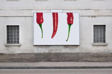 Chilis auf einer Plakatwand