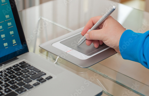 tablet mit hand - 18692378