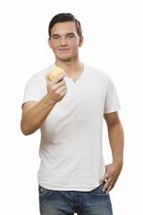mann hält apfel in hand