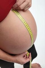 Donna incinta che si misura la pancia