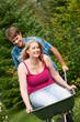 Landleben – Paar mit Schubkarre