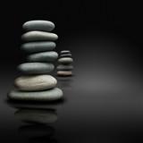 relaxation sur fond noir, pierres empilées zen attitude