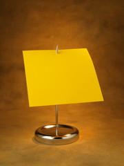 punzón, con hoja amarilla para anotar