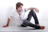 Photo mode masculine - Jeune assis pas terre poster