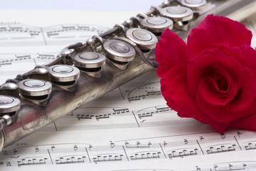 Flauto dolce con rosa e spartito musicale