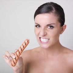 jeune femme nue sauvage mangeant une saucisse