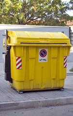 contenedor de basura amarillo