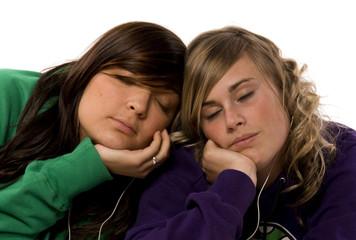 deux adolescentes qui se détendent en écoutant de la musique