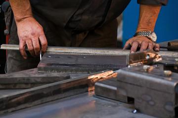Hände eines Arbeiters in der Metall Industrie