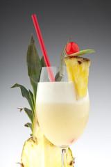 Pina Colada mit Ausschnitt von Ananas