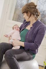 Junge Mutter mit Baby, Säugling