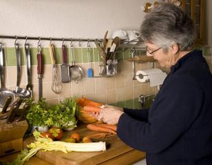 femme qui épluche des carottes