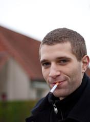 Homme avec cigarette