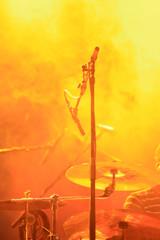 Schlagzeug in mystischem Scheinwerferlicht