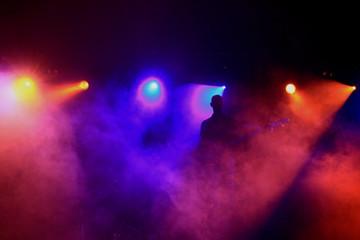 Gitarrist umgeben von bunter Lichtshow