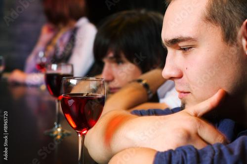 Młodzi mężczyźni relaks w barze.