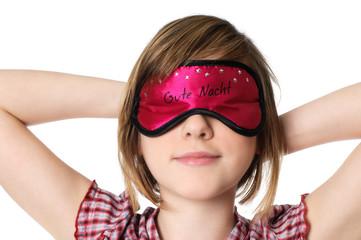 Kind mit Augenmaske