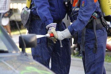 Feuerwehrleute bei der Bekämpfung eines Autobrandes