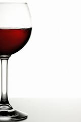 Ein Glas mit Bordeaux