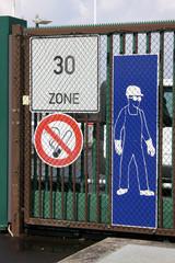 Schilder an einem Fabriktor
