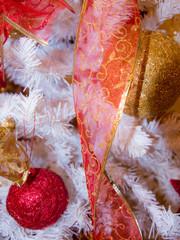 Albero di Natale con palle colorate e decorazioni