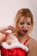 Frau im Weihnachtskostüm mit Geldscheinen