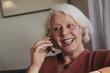ältere Frau telefoniert mit Handy