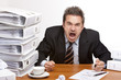 Stressed business man screams in office - Geschäftsmann schreit