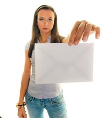 Frau mit einem leeren Briefkuvert