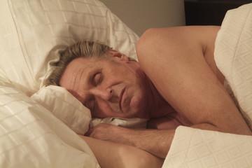 Mann im Bett schläft