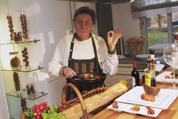 Mann beim Kochen, Hausmann