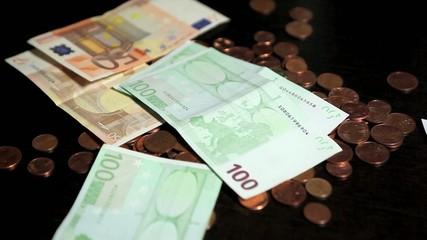 Euros tombant sur pièces