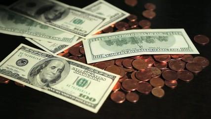 Dollars tombant sur pièces