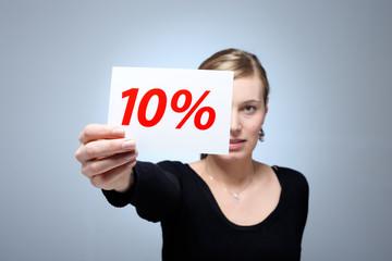 Junge Frau mit 10 Prozent Karte