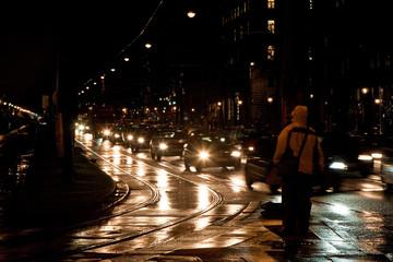 nasse Strassenbahnschienen in Grossstadt reflektieren Licht