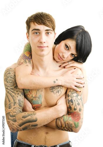 Paar mit tätowiertem Körper