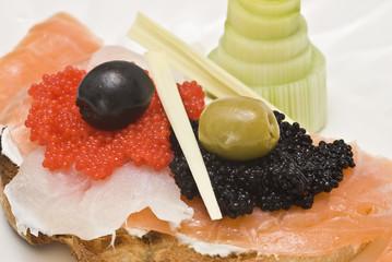 Tosta de queso, ahumados y caviar.